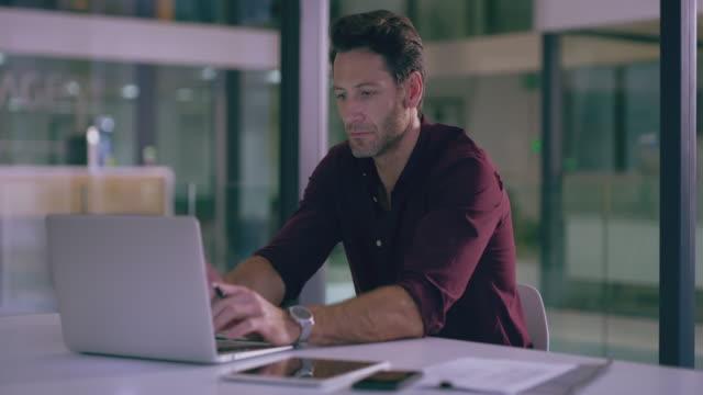 sicherstellen, dass die daten korrekt sind - websurfen stock-videos und b-roll-filmmaterial