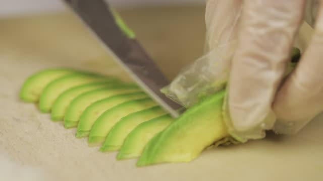 vídeos y material grabado en eventos de stock de making sushi. - aguacate