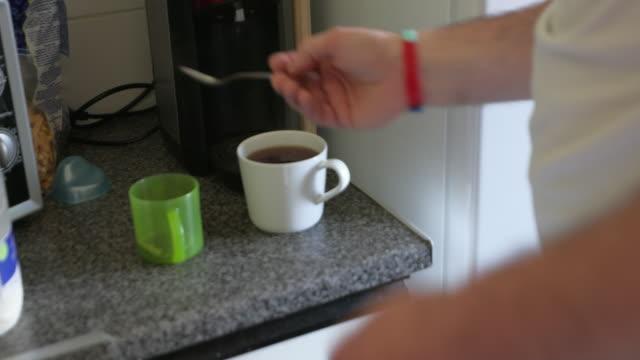 vídeos y material grabado en eventos de stock de hacer té para bebés - taza de té