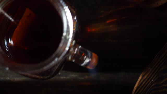 vidéos et rushes de faire du thé - thé noir