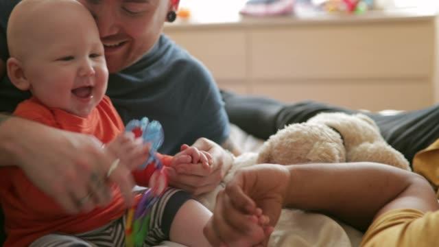 vídeos de stock, filmes e b-roll de fazendo a bebê risadinha - homem homossexual