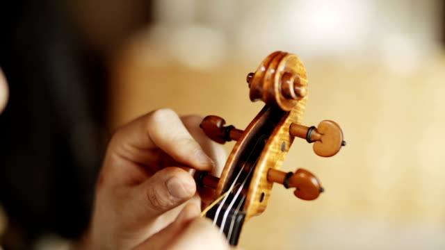 stockvideo's en b-roll-footage met making the violin - tuning the violin - stem thema