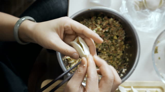 伝統的な餃子(ジアオジ)を作る、中国。 - ダンプリング点の映像素材/bロール