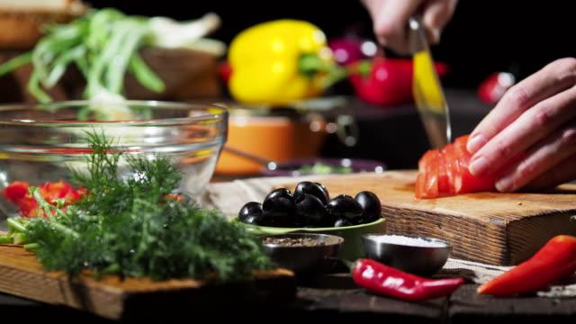 vidéos et rushes de faire le sandwich au thon salade - fraîcheur
