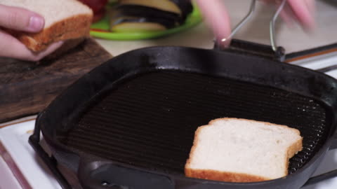 vídeos y material grabado en eventos de stock de hacer sándwiches veganos - tostada