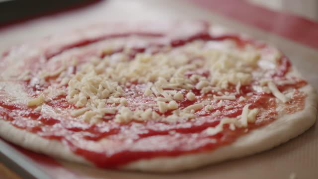 vídeos de stock e filmes b-roll de making vegetarian pizza - fazer