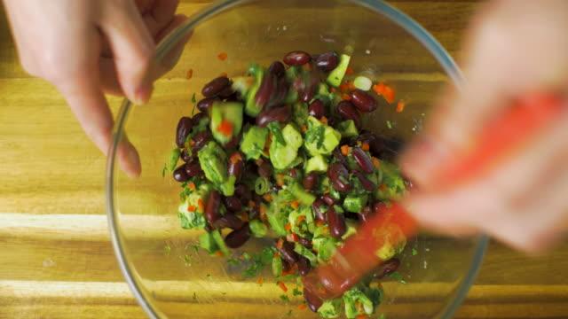 ベジタリアンケサディージャの詰め物を作る - 赤唐辛子点の映像素材/bロール