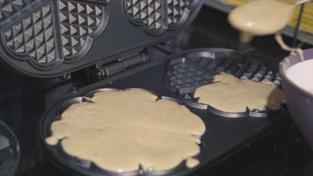 vídeos y material grabado en eventos de stock de hacer gofres, postre de panqueque - gofre belga