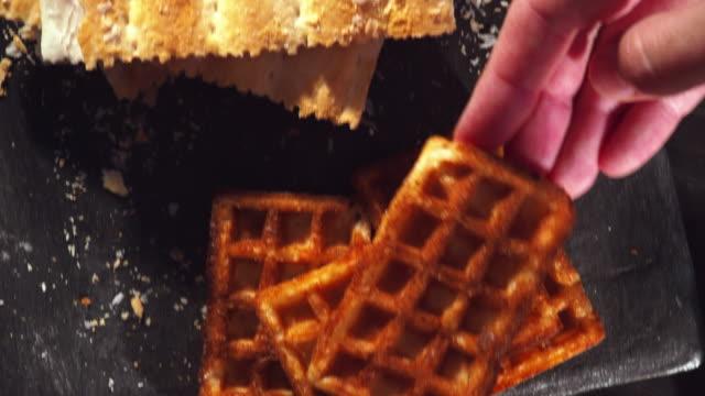 vídeos y material grabado en eventos de stock de hacer waffles con frambuesas frescas - waffles