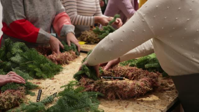vidéos et rushes de fabrication de couronnes à la boutique de fleurs - éléments de décoration intérieure