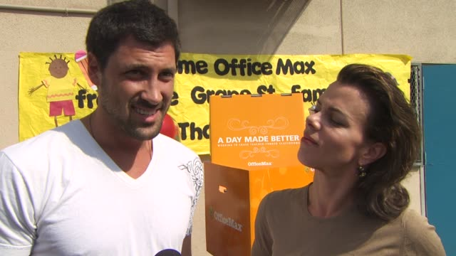 vidéos et rushes de maksim chmerkovskiy and debi mazar on who their favorite teachers were growing up and what they learned from them and how they feel about the lack of... - enseignante