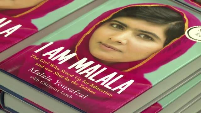 stockvideo's en b-roll-footage met malala la joven paquistani candidata al nobel de la paz 2013 lanza este martes su autobiografia que recrea el horror del atentado taliban que sufrio... - autobiografie
