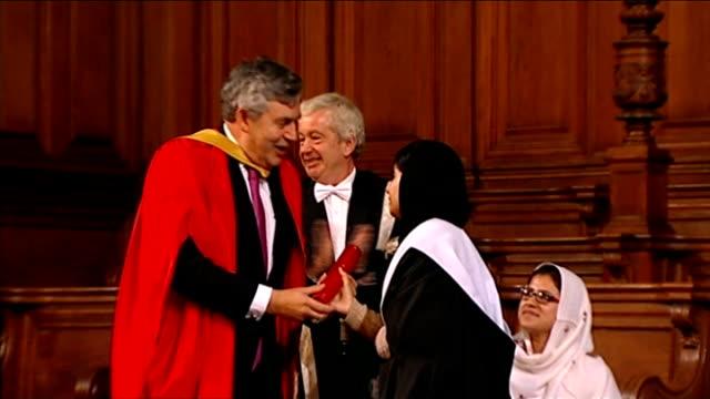 vidéos et rushes de malala yousafzai and kailash satyarthi win nobel peace prize; lib / t19101304 scotland: edinburgh: edinburgh university: int **beware flash... - award