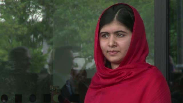 malala yousafzai la escolar paquistaní atacada por los talibanes en 2012 inauguro el martes la biblioteca de birmingham y dijo que los libros pueden... - biblioteca stock videos and b-roll footage