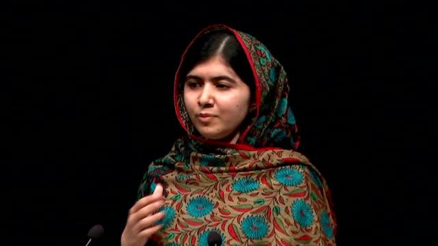 vidéos et rushes de malala yousafzai wins nobel peace prize: press conference; england: west midlands: birmingham: int **beware flash photography** photographers and... - award