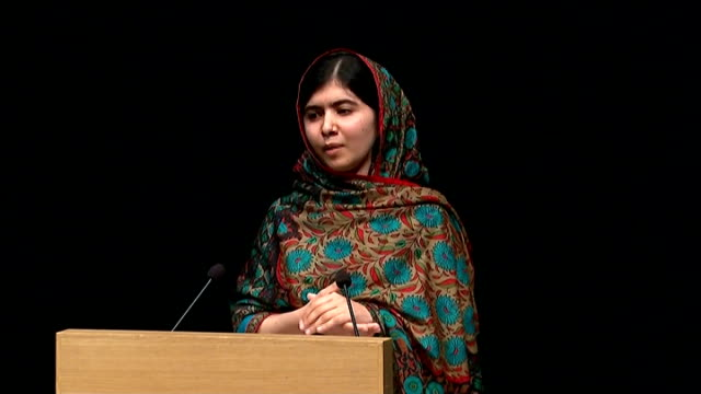 press conference malala yousafzai press conference sot / malala posing for photocall with family members including her father ziauddin yousafzai... - ノーベル平和賞点の映像素材/bロール
