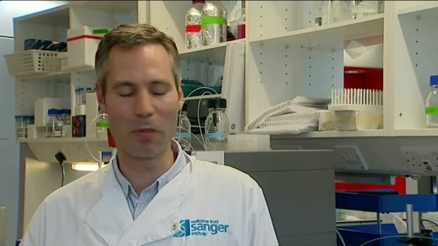 vidéos et rushes de malaria vaccination breakthrough england wellcome trust sanger institute doctor gavin wright interview sot - animal microscopique