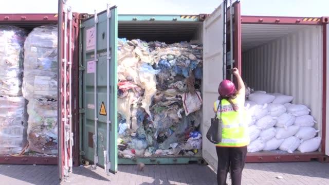 malasia afirmo que devolvera centenares de toneladas de residuos plasticos a sus paises de origen y dijo que no quiere seguir siendo el vertedero del... - planeta stock videos & royalty-free footage