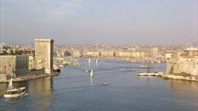vídeos de stock e filmes b-roll de ws malasie sailboat entering marseille harbor - 50 segundos ou mais