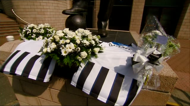 stockvideo's en b-roll-footage met victims england tyne and wear newcatle upon tyne st james' park ext newcastle united football shirts and flowers laid outside st james' park stadium... - tyne and wear