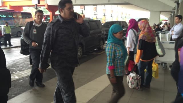 malaysia deports nearly 500 undocumented indonesian workers in what analysts say is part of a push to clamp down on illegal labour as the economy... - schraubstock stock-videos und b-roll-filmmaterial