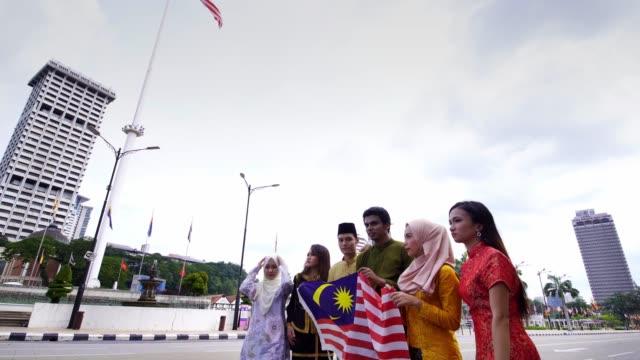 ムルデカ広場クアラルンプールで伝統的な服を着たマレーシアの民族 - スルタンアブドゥルサマッドビルディング点の映像素材/bロール
