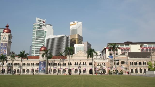 malaysian flags flying at half mast in front of the sultan abdul samad building at merdeka square in kuala lumpur malaysia on sunday july 20 pan from... - sultan abdul samad gebäude stock-videos und b-roll-filmmaterial