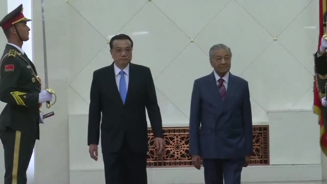 malaysian prime minister mahathir mohamad meets with chinese premier li keqiang in beijing - prime minister video stock e b–roll