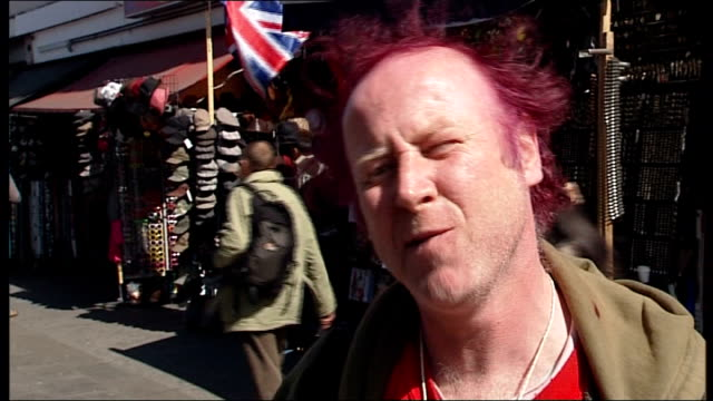 vidéos et rushes de camden town group of elderly punk rockers punks stand in street vox pops with punks about malcolm mclaren various shots of old and young punks... - punk