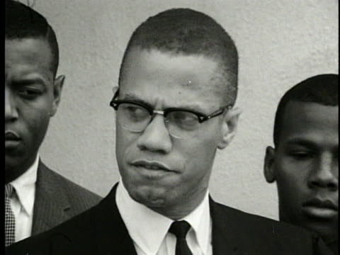 malcolm x asserts that the watts rioters should not be on trial - the police officers who shot them should be on trial. - 1962年点の映像素材/bロール