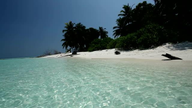 vídeos de stock, filmes e b-roll de paisagem das maldivas, com câmera panning motorizados - laguna