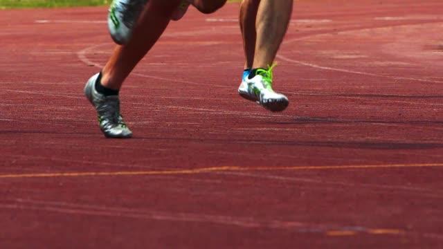男子 400 m スプリンター曲線を実行 - 短距離走点の映像素材/bロール