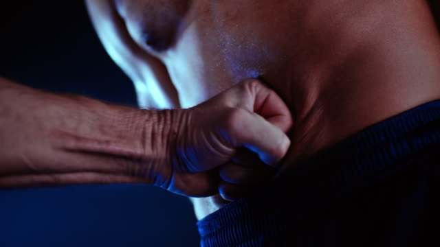 slo mo ld männlicher bauch erhält einen faustschlag - belly punching stock-videos und b-roll-filmmaterial