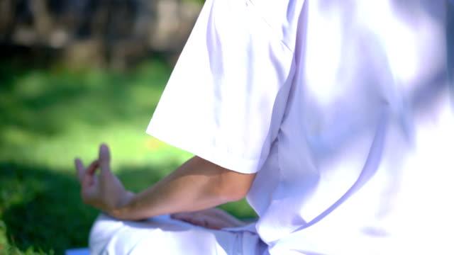 vídeos y material grabado en eventos de stock de adulto macho de tu meditación, delantero y trasero - posa del loto