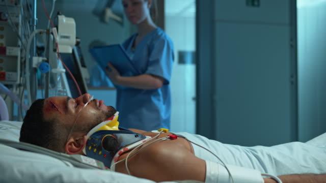 DS manliga afroamerikanska patienten sover i intensivvårdsavdelning