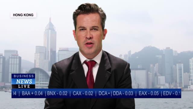 vídeos de stock, filmes e b-roll de ms male anchor reporting live from hong kong, china with stock market update - apresentador