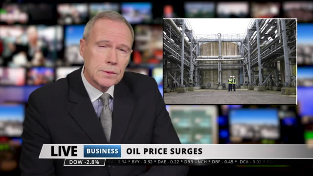 vidéos et rushes de ms male anchor speaking at news desk about oil crisis - media