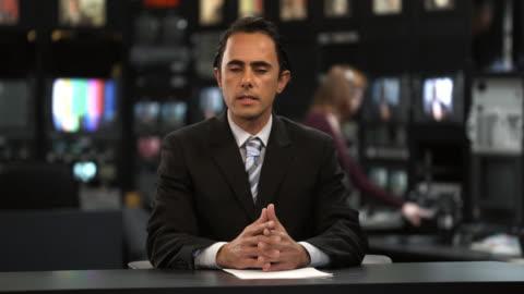vídeos y material grabado en eventos de stock de ms male anchor speaking at news desk, dallas, texas, usa - periodista