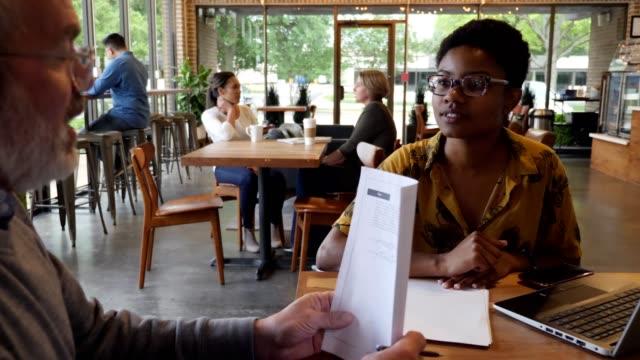 vídeos y material grabado en eventos de stock de los socios comerciales masculinos y femeninos trabajan juntos en el proyecto - currículum vitae