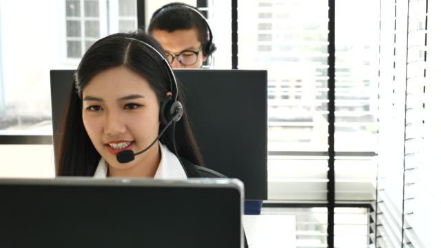 vídeos y material grabado en eventos de stock de trabajadores de centro de llamada de hombres y mujeres usar auriculares - técnico telefónico