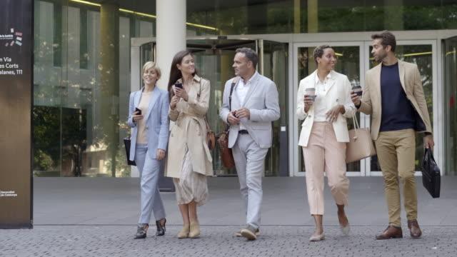 vídeos de stock, filmes e b-roll de colegas de trabalho masculinos e fêmeas que falam ao andar - 40 49 anos