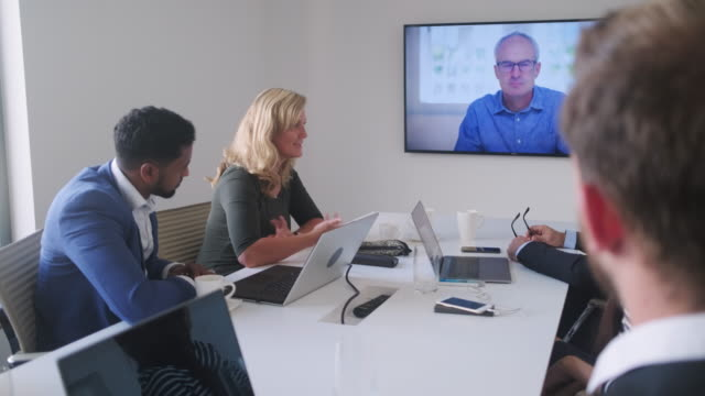 stockvideo's en b-roll-footage met mannen en vrouwen executive team video conferenties met ceo - conferentietafel