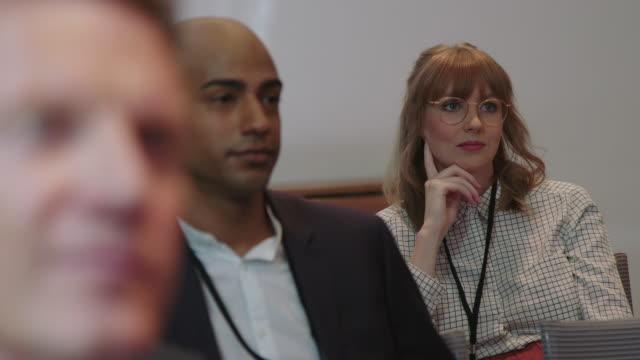 männliche und weibliche führungskräfte im seminar im hotel - konferenzzentrum stock-videos und b-roll-filmmaterial