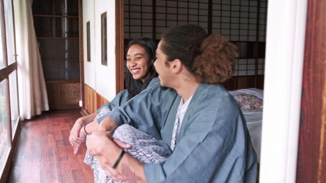 stockvideo's en b-roll-footage met mannelijke en vrouwelijke gasten in tokyo ryokan - ryokan
