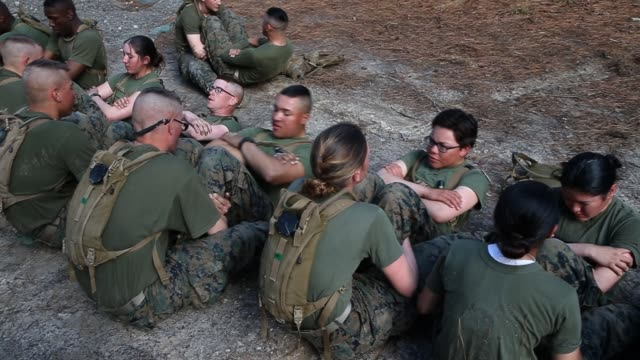 vídeos de stock, filmes e b-roll de male and female marines do abdominal crunches during the endurance course at marine combat training on february 20 2013 at camp lejeune north... - campo de treinamento militar