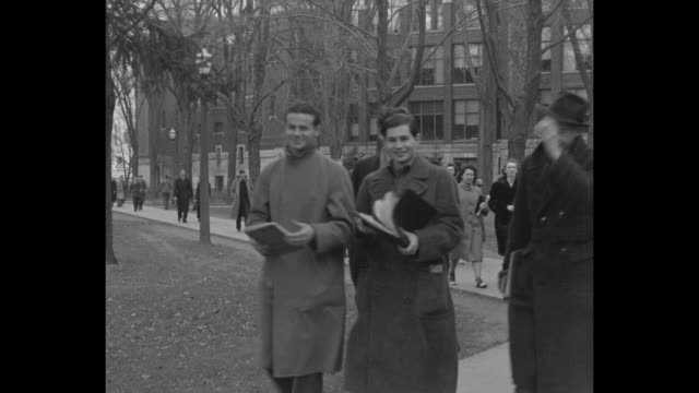 vídeos y material grabado en eventos de stock de male and female students walk on university of michigan campus in ann arbor / ext angell hall with small trees in front / michigan all-american... - ann arbor