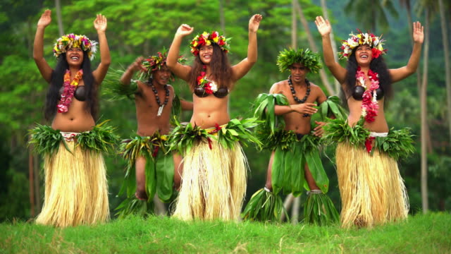 vídeos de stock e filmes b-roll de male and female tahitian hula dancers south pacific - dança da guerra