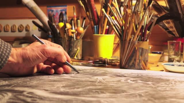 männliche hand zeichnen ein künstler - bleistift stock-videos und b-roll-filmmaterial