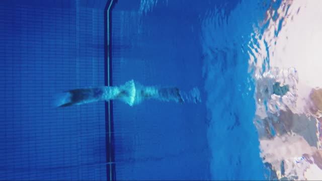 männlicher sportler taucht in schwimmbad in mitte - fähigkeit stock-videos und b-roll-filmmaterial