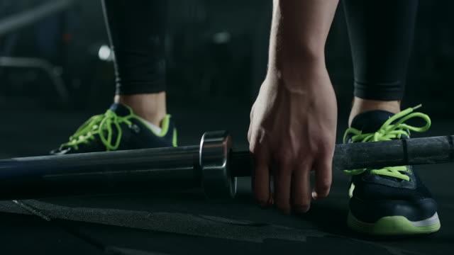 männliche athleten vorbereitung für gewichtheben - menschlicher muskel stock-videos und b-roll-filmmaterial